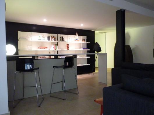 Casa Valdecañas: Sala estar con bar planta inferior / Sitting area with bar lower floor