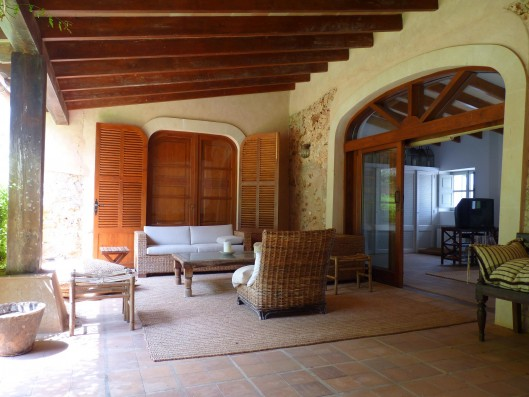 Casa Porreres: Covered terrace in front of guest house