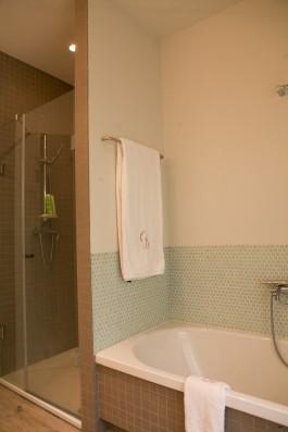 Casa Ceranzos: master bedroom bathroom