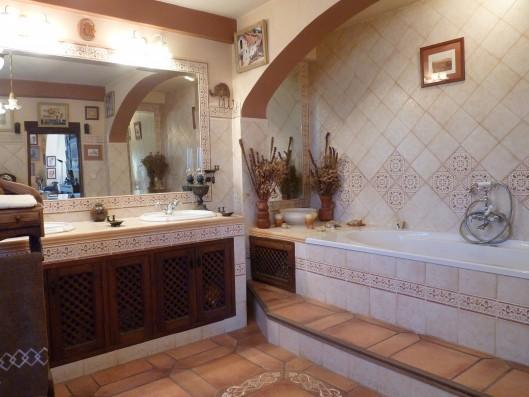 Casa Albaicin: master bathroom