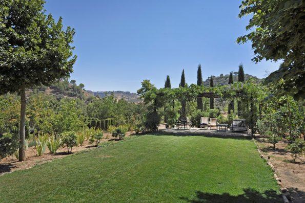 Casa Ronda: formal garden with view of Ronda