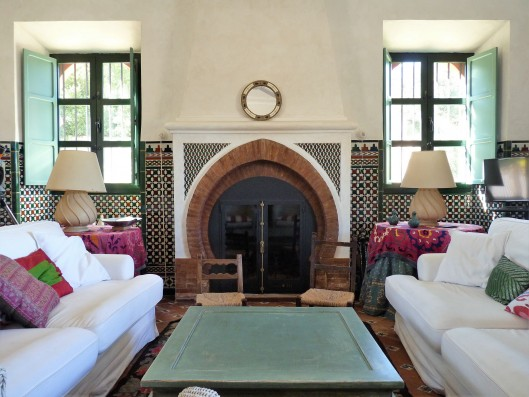 Casa Ronda: living room with fireplace
