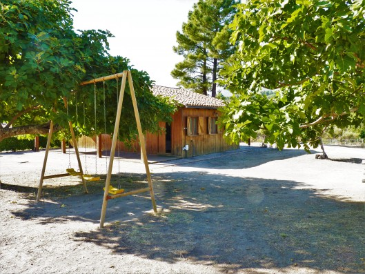Casa Zaragate: wooden house with swings