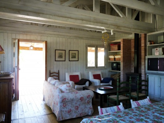 Casa Zaragate: wooden house living room