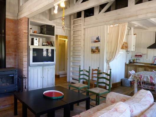 Casa Zaragate: wooden house dining room