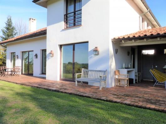 Casa Ruiseñada: back façade with terrace