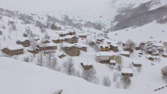 pueblo cordillera cantábrica con nieve