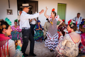gente-bailando-durante-la-romería-del-rocío