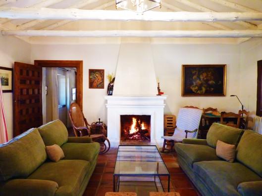 Casa Ortigosa: living room with fireplace