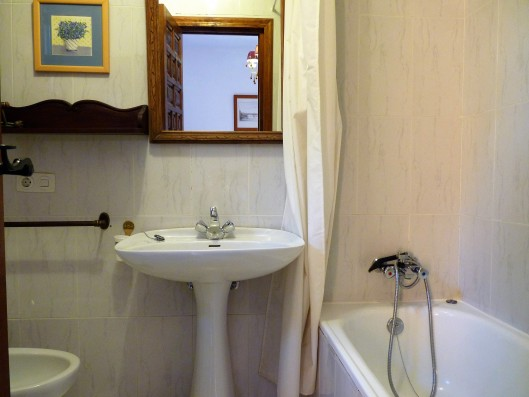 Casa Ortigosa: bathroom of master bedroom