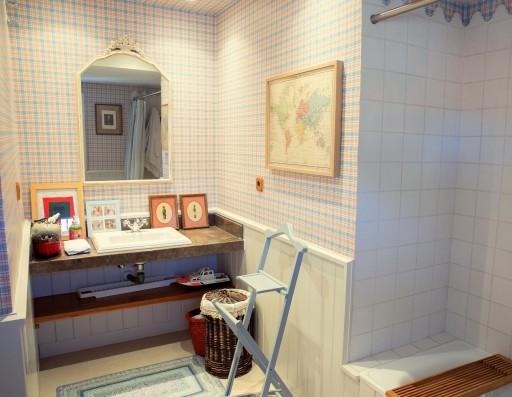 baño habitación azul