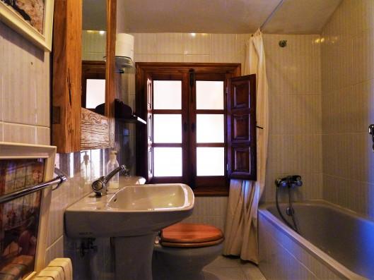 Casa Ortigosa: bathroom 4, old wing