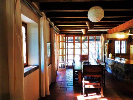 Casa Ortigosa: dining room with open kitchen