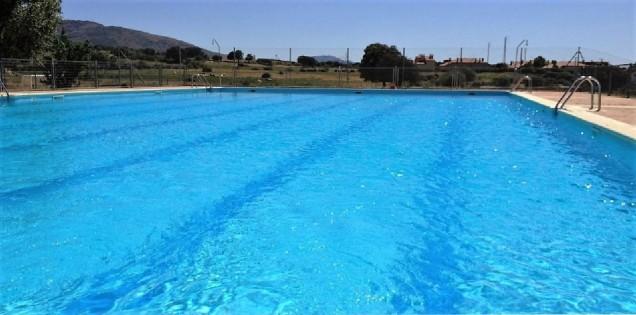 Casa Ortigosa: public swimming pool in nearby La Losa