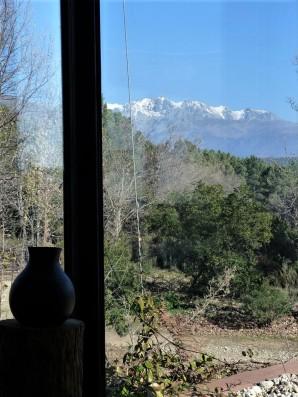 Casa La Vera Gredos: Corner window with view of mountain peaks
