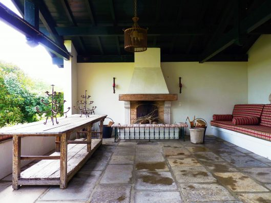 Casa Biarritz: covered terrace with outdoor fireplace