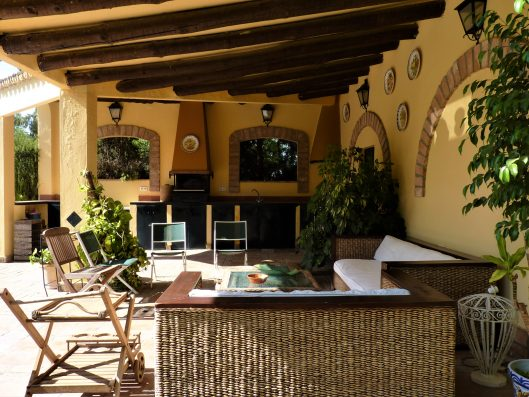 Casa Coria del Rio: covered outdoor dining area with outdoor kitchen