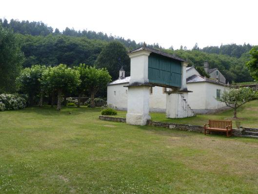 Pazo de Fontao: Capilla y hórreo en jardín