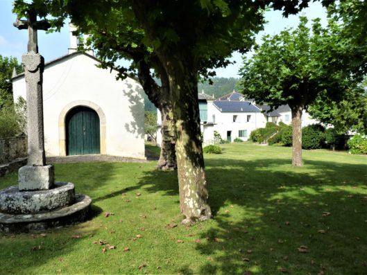 Pazo de Fontao: chapel in garden