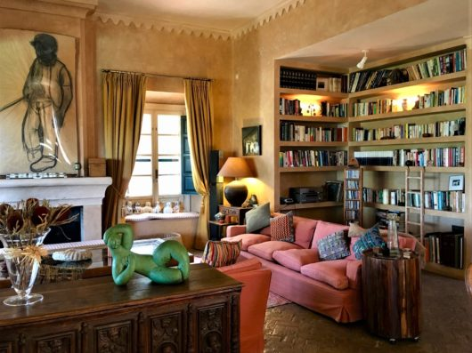 Casa Jimena: living room with library