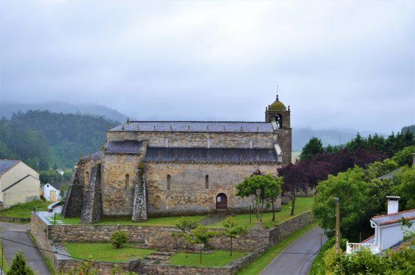 Pazo de Fontao: Basilique of San Martín de Mondoneo, at 10 km.