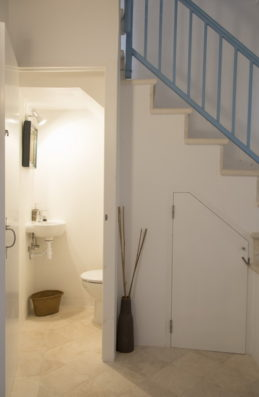 Casa Ciudadela: guest bathroom and staircase