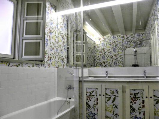Casa Comillas: master bathroom
