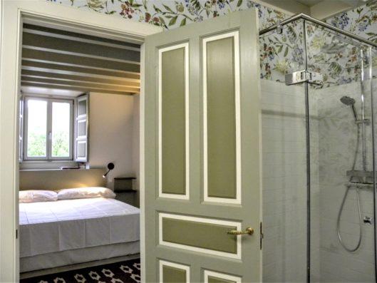 Casa Comillas: master bedroom and bathroom