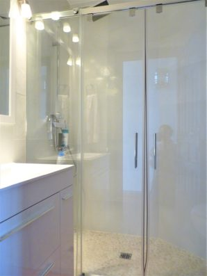 Casa Higuera: bathroom with shower