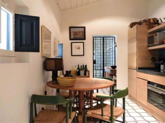 Casa Lozoya: guest house kitchen