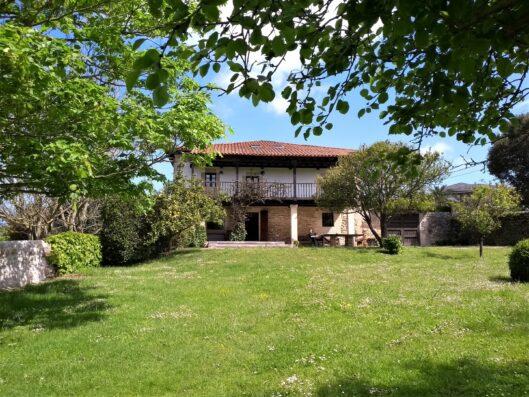 Casa Setien: casa desde el jardín