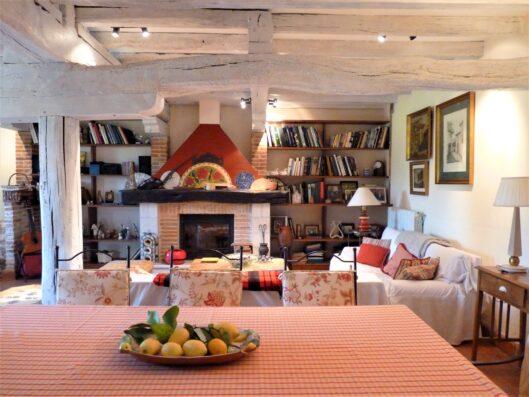 Casa Setien: salón-comedor con chimenea